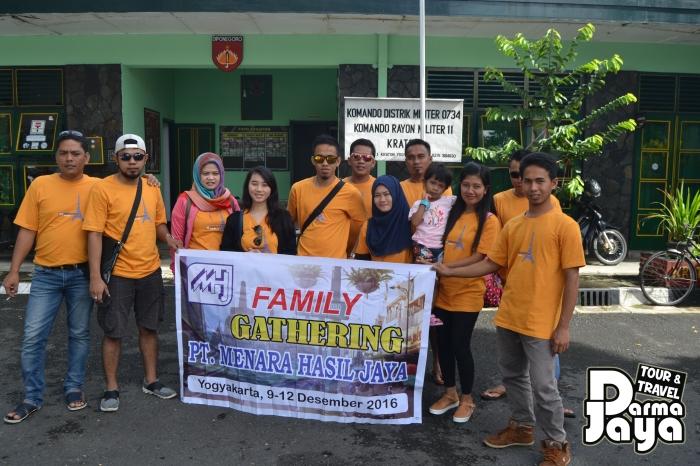 Paket family gathering